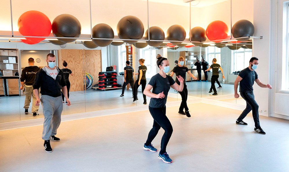 Teamet hos FysioCenter Kalundborg fejrede åbningen af deres online Sundhedshotel fotostudie ved at danse med på Jerusalema Dance Challenge, som lige nu går viralt verden over.Foto: Jens Nielsen.