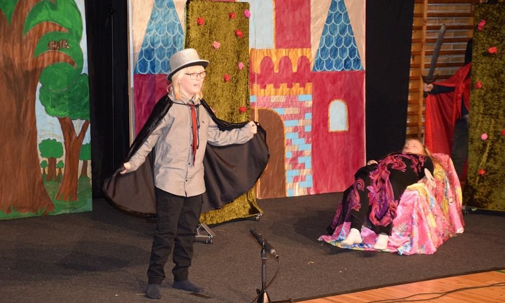 Alle elever på Sigrid Undset Skolen i Kalundborg spillede lørdag formiddag teater på skolen - Corona style, da det blev streamet live til forældrene hjemme i stuerne. Foto. Gitte Korsgaard.