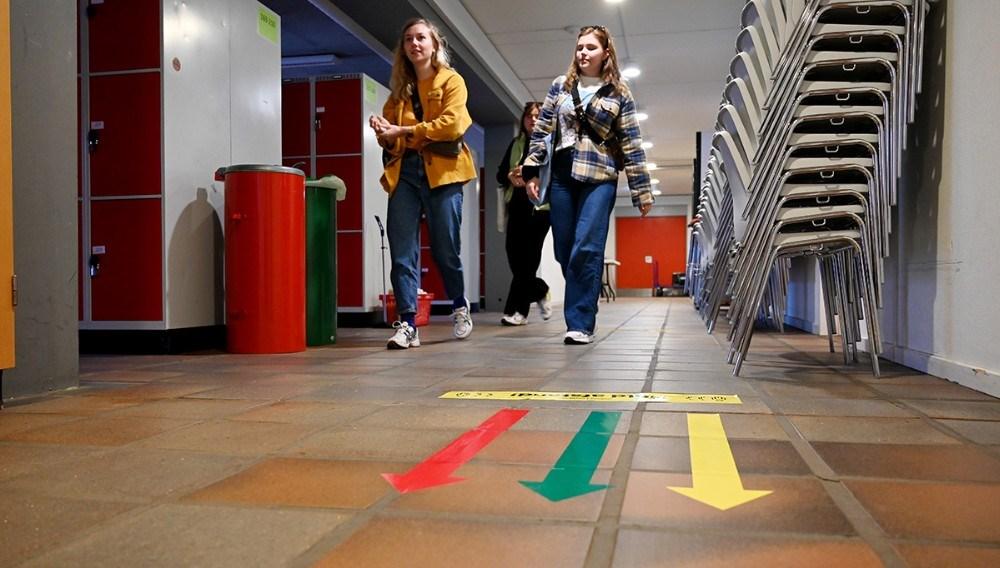 Eleverne skal følge de farvede pile rundt på skolen. Foto:Jens Nielsen