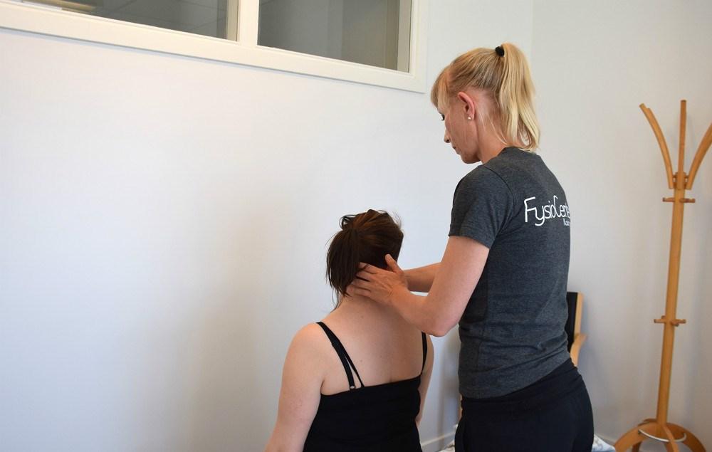 Maja Helbo Jensen behandler patient. Foto: Gitte Korsgaard.