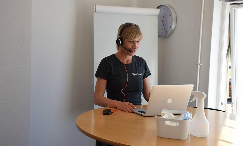 Maja Helbo Jensen holder online møder med sit team. Foto: Gitte Korsgaard.