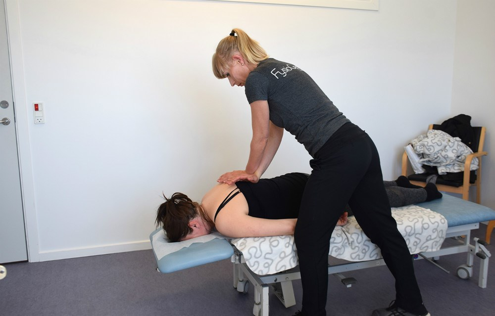 Maja Helbo Jensen behandler her patient. Foto: Gitte Korsgaard.