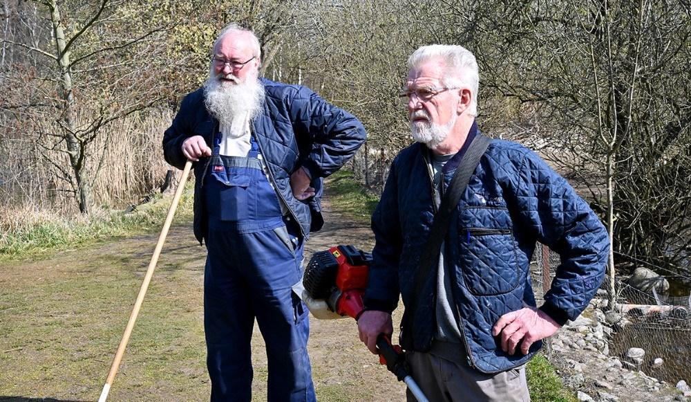 Arne Pedersen og Jørn Pedersen er blandt de frivillige som passer det store område. Foto: Jens Nielsen