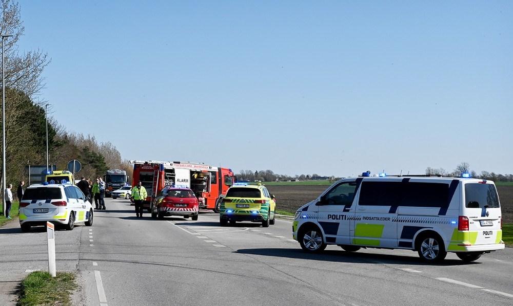 Gørlev Landevej var helt spærret i en lille time mens redningsfolkene arbejdeder på stedet. Foto: Jens Nielsen