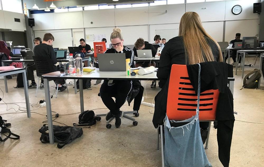 Studentereksamen er i gang på Allikelund Gymnasium. Privatfoto.