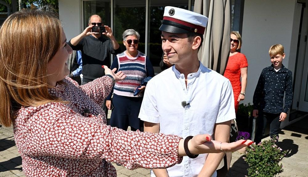 Nicoline Snedker Johansen, kæreste med Oscar, fik æren af at sætte studenterhuen på hovedet af Oscar. Foto: Jens Nielsen