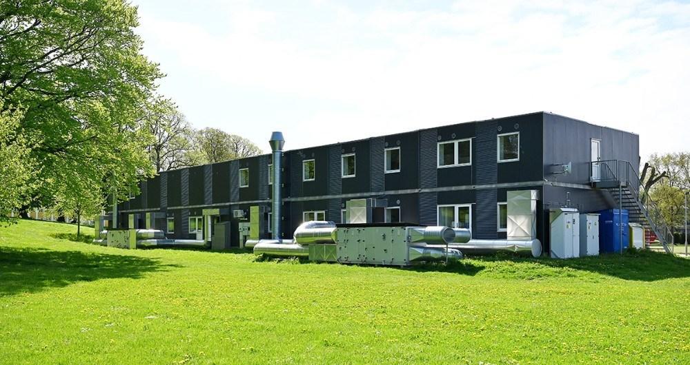 De midlertidige undervisningslokaler bag gymnasiet forsvinder sammen med de midlertidige studieboliger på parkeringspladsen ved siden af gymnasiet. Foto: Jens Nielsen