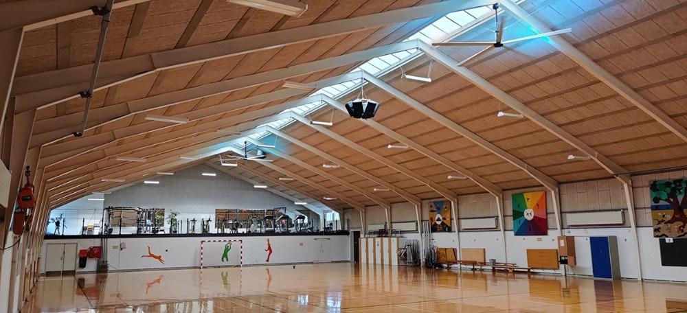 Gørlev Idrætsefterskole har fået både et bedre indeklime og en lavere varmeregning med nye ventilatorer i loftet på den store sportshal. Privatfoto