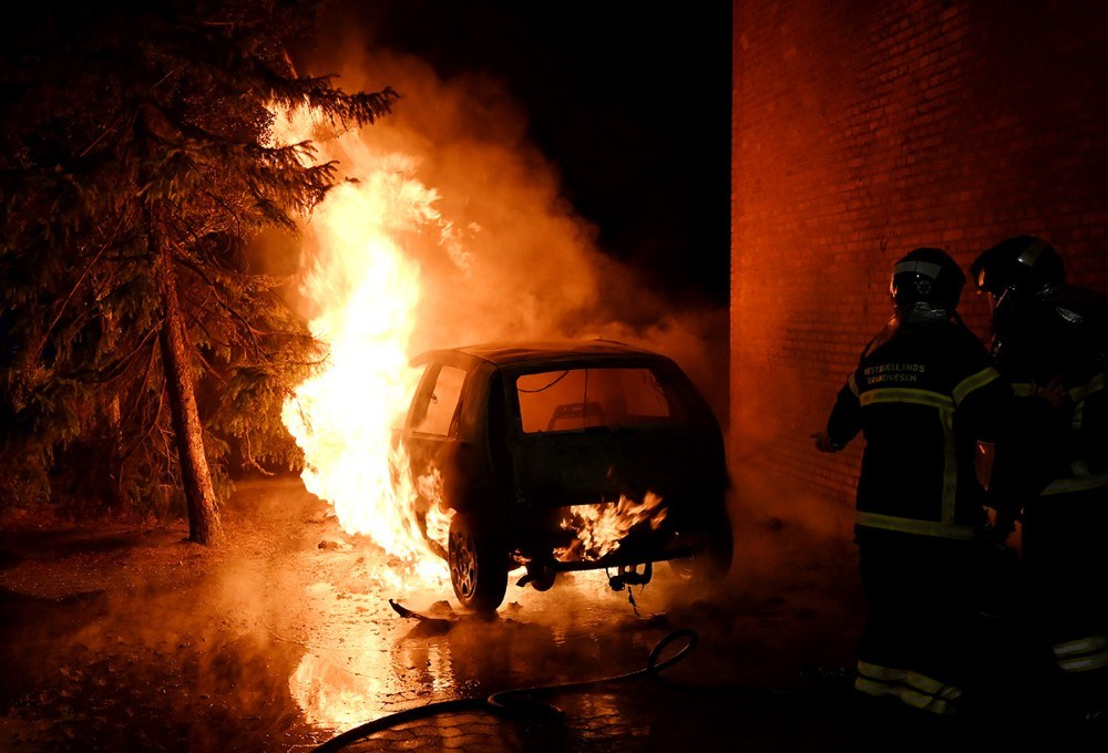 En Fiat personbil gik op i flammer tidlig mandag morgen. Foto: Jens Nielsen