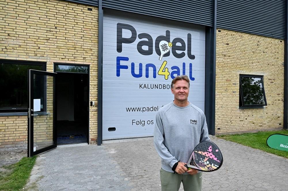 En glad Anders Nielsen foran indgangen til Padel Fun4all. Foto: Jens Nielsen