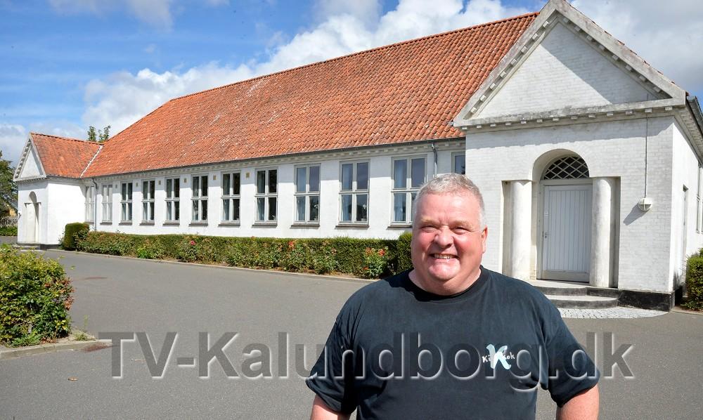 Kim Nielsen foran Ubby Forsamlingshus, som nu i 20 år har været hans arbejdsplads. Foto: Jens Nielsen