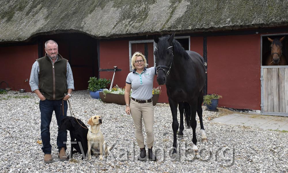 Malene Folmer Jensen med en af sineheste og Jacob Gulmann med to af sine hunde.Foto: Gitte Korsgaard