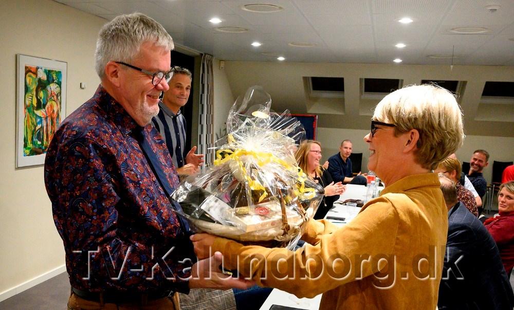 Aktivitetskoordinator Anita Winther overrakte en kurv til Henrik Petersson som tak for det store arbejde som formand.  Foto: Jens Nielsen