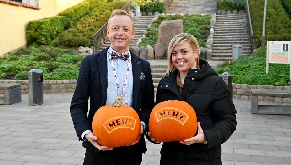 Købmand Peter Egebæk sammen medDitte Julie Rosendahl-Kaa fra Gliimt, klar til at sætte gang i græskar-eventen på lørdag. Foto: Jens Nielsen