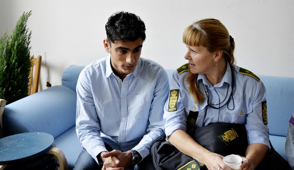 17-årige Saeed fra Afghanistan i snak med Dorte Friis fra forebyggelsesenheden under Midt- og Vestsjællands Politi. Foto: Jens Nielsen