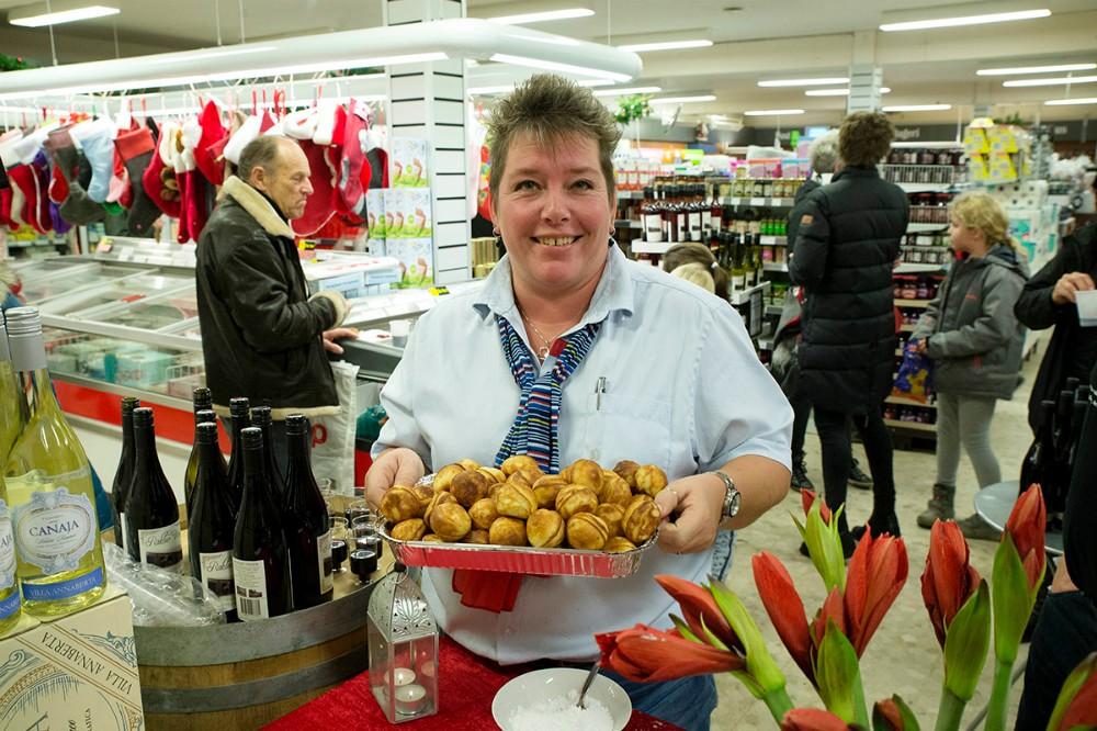 Kirsten Halskov Andersen er klar med sine egne hjemmelavede æbleskiver. Foto: Jens Nielsen