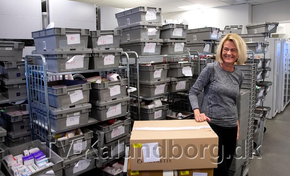 Apoteker Annette Brasen fra Kalundborg Svane Apotek, mellem nogle af de 250 plastikkasser som i øjeblikket udgør lageret på Kalundborg Svane Apotek. Foto: Jens Nielsen