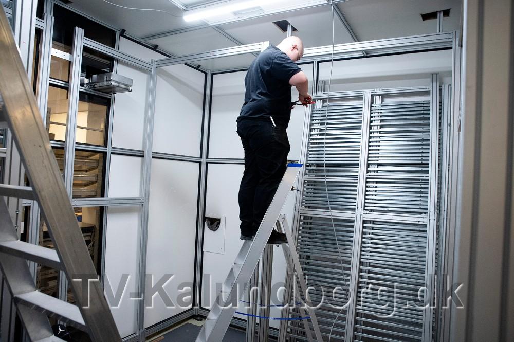 Håndværkerne er i gang med at installere en ny varerobot. Foto: Jens Nielsen