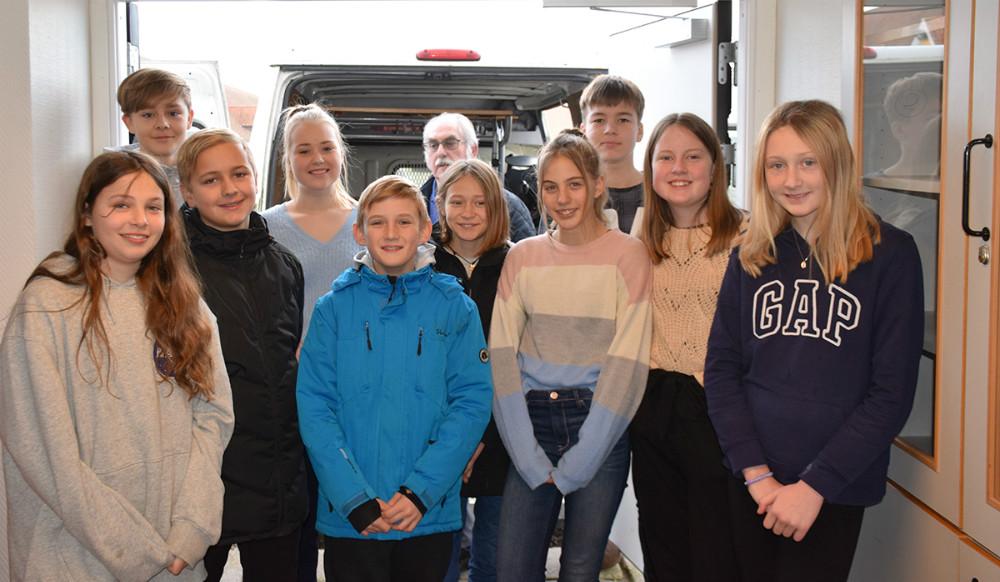 Elevrådet påKalundborg Friskole i gang med at læsse 60 borde og stole til Genbrug mod Syd, som skolen donerer. Møblerne bliver sendttil Afrika inden længe.Foto: Gitte Korsgaard.