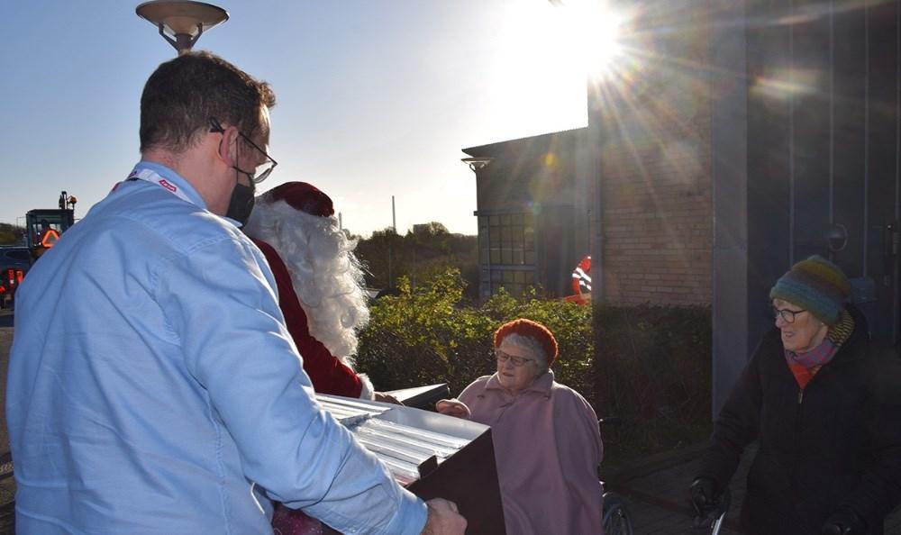 Der blev fredag formiddag uddelt julekalendere til alle beboere på Jernholtparken i Kalundborg. Foto: Gitte Korsgaard.