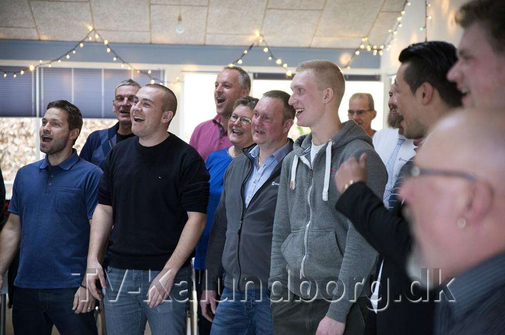 Beton arbejdernehos M.T. Højgaard i Kalundborg til gospel træning lige før en julefrokost. Foto: Jens Nielsen