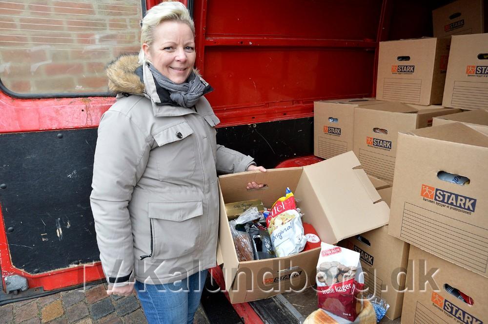 Lisbeth Knudsen, frivillig fra Frelsens Hær, delte julepakker ud ved Vor Frue Kirke.