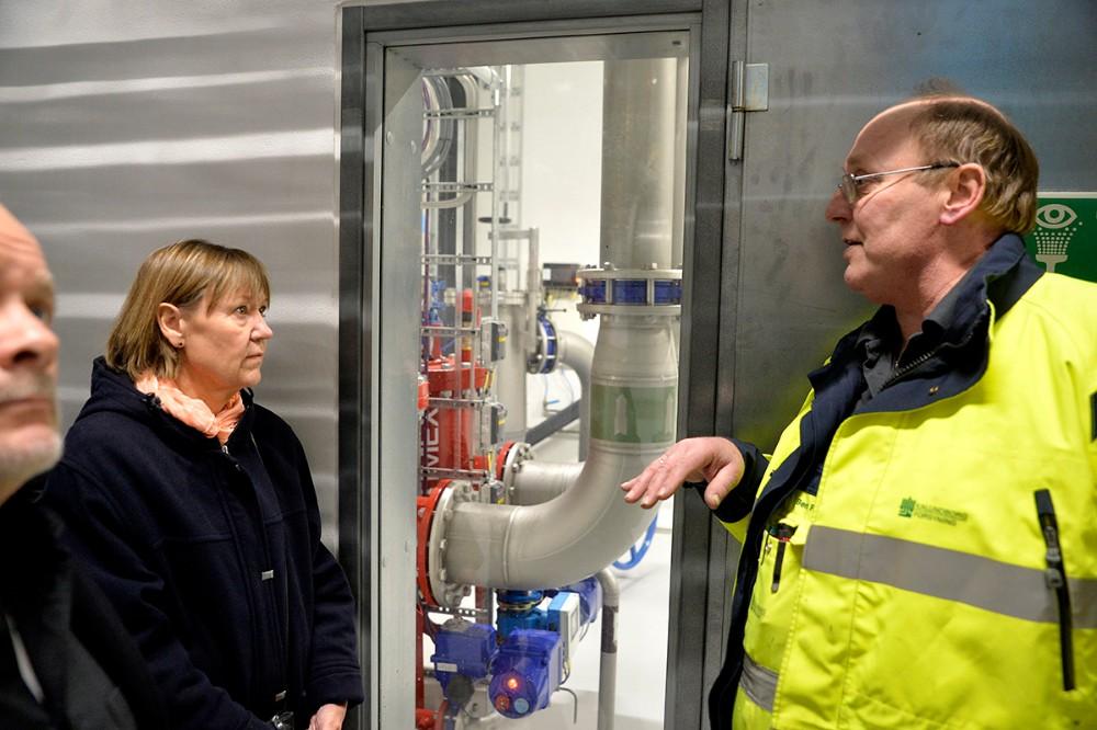 Procesoperatør Bent Pedersen viste rundt på det nye vandværk. Foto: Jens Nielsen