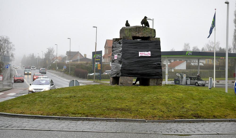 Skulpturen i rundkørslen på Holbækvej/Nørre Alle er pakket ind i sort plastic. Foto: Jens Nielsen