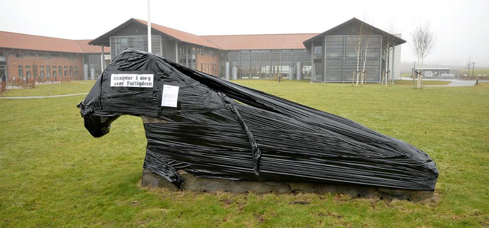 Skulpturen på græsplænen ved rådhuset er også ramt af aktionen. Foto: Jens Nielsen
