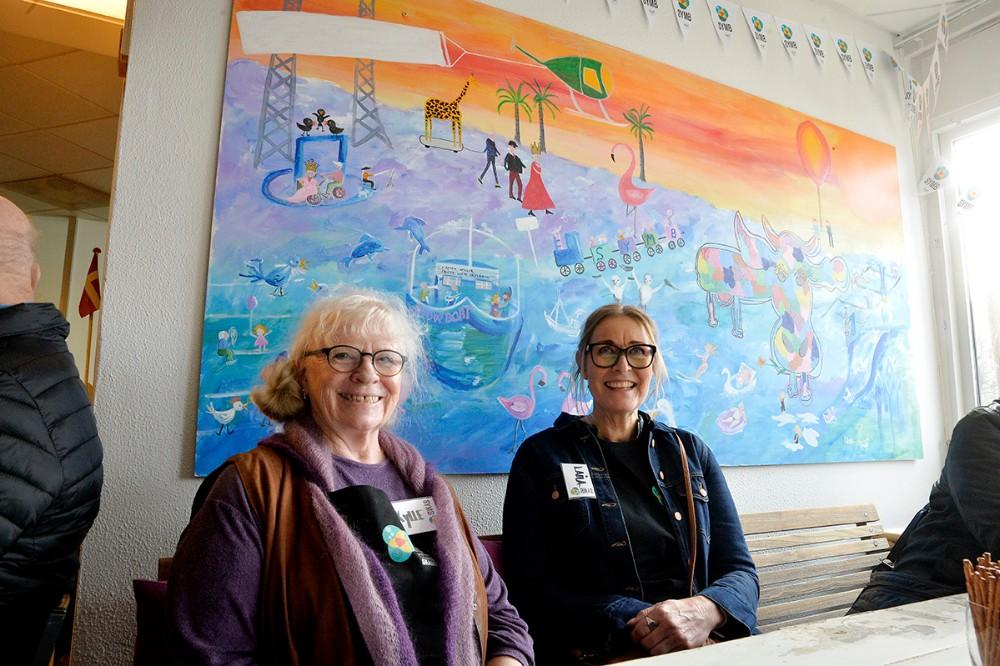 De to lokale kunstnere Kylle Gulmark og Laila Damsgård har i fællesskab skabt det store flotte maleri som hænger i lokalerne. Foto: Jens Nielsen