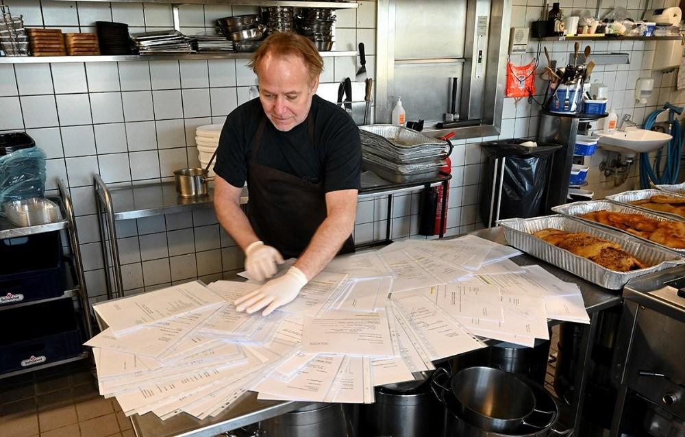 Søren Tullesen med de mange kontrakter på arrangementer, som nu er aflyst. Foto: Jens Nielsen