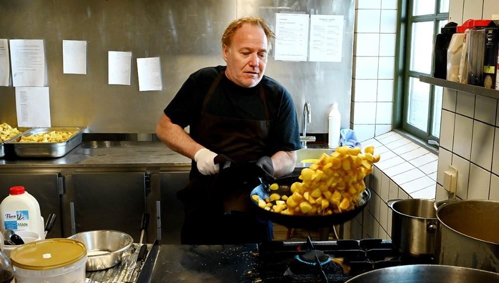 Søren Tullesen igang med brasekartoflerne til lørdagens Take Away menu. Foto: Jens Nielsen