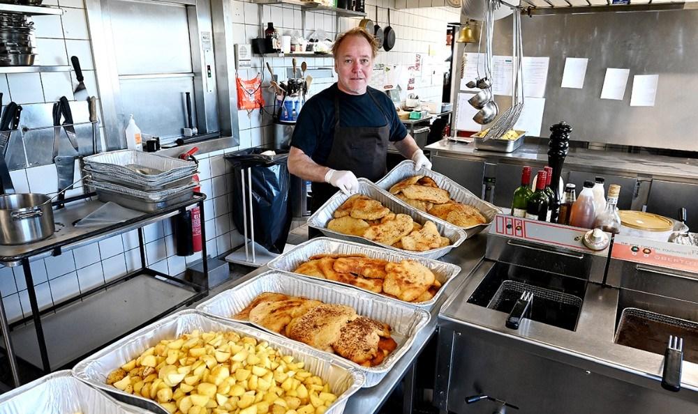 Lørdagens Take Away menu var rejecocktail og skinkeschnitzler med brasede kartofler. Foto: Jens Nielsen