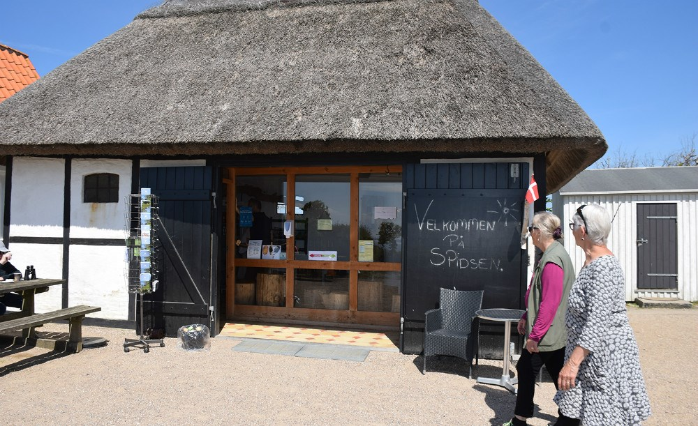 Røsnæs Fyr er en populær destination, og fra i dag, Kristi himmelfartsdag, kan man igen købe kaffe og kage m.m. i den lille hyggelige café ved fyret. Foto: Gitte Korsgaard