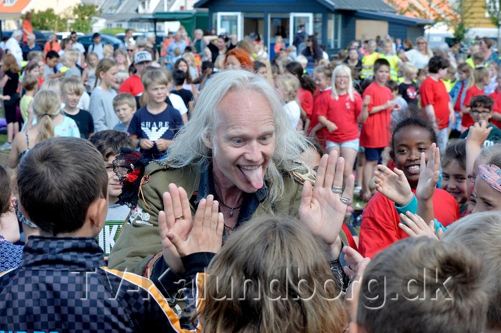 Forsanger i TNT Thomas Carlsen nede blandt eleverne. Foto: Jens Nielsen