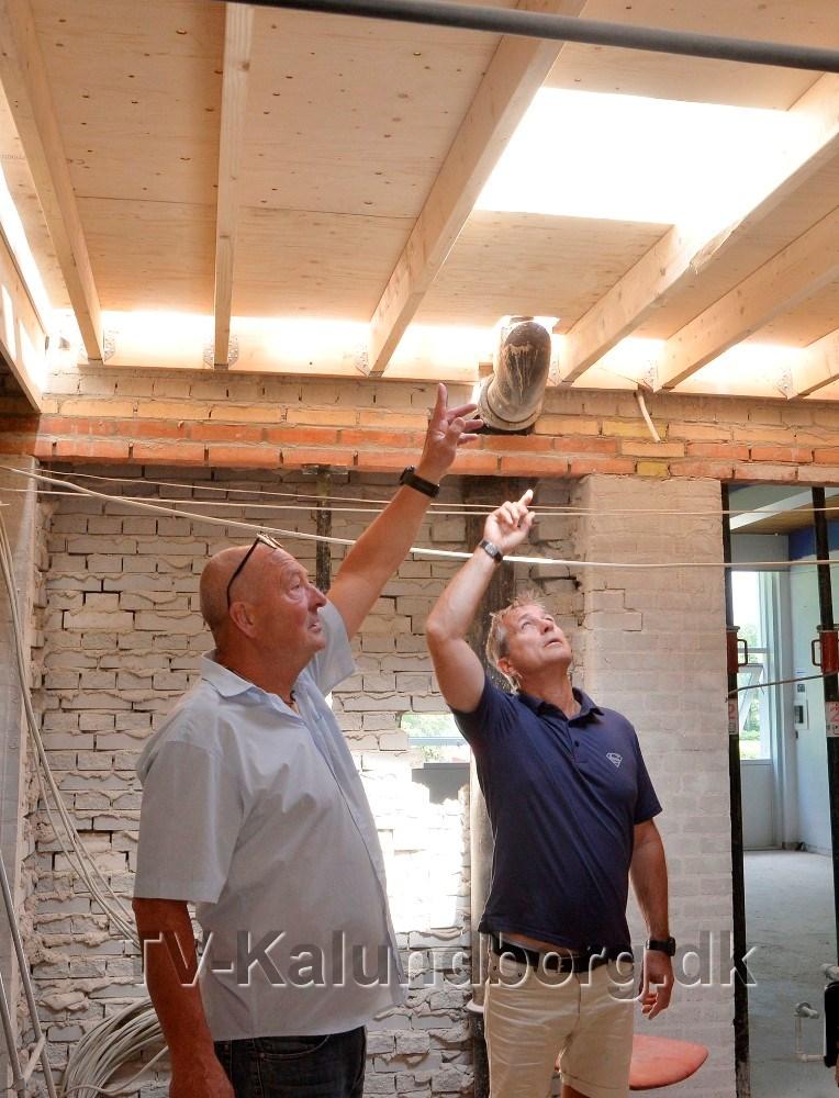 Rektor Peter Abildgaard Andersen og vicerektor Mads Seneberg, viser rundt på byggepladsen. Foto: Jens Nielsen