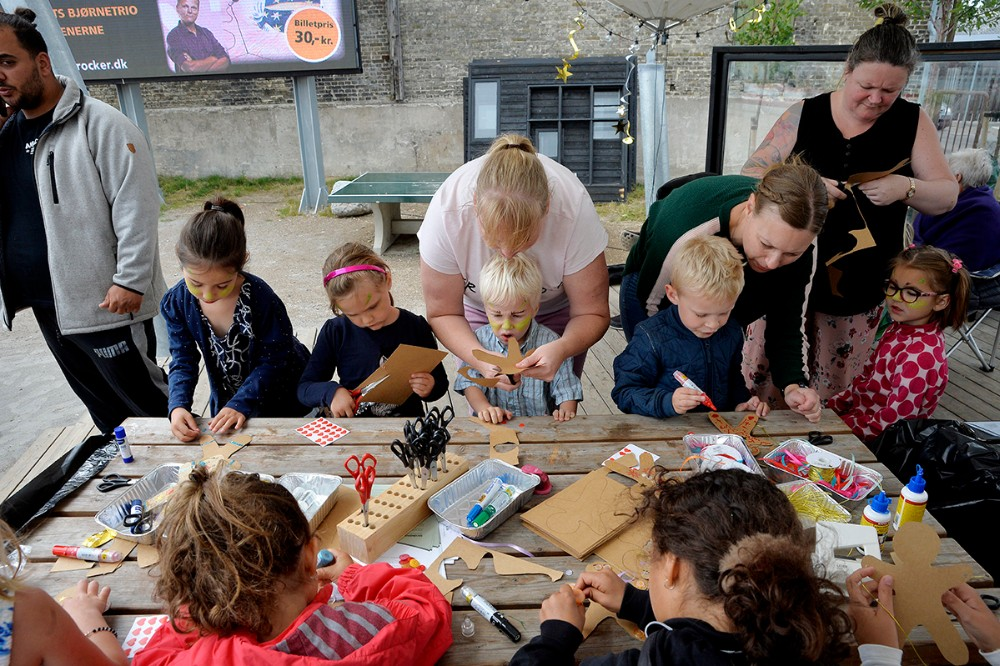 Mange børn deltog også iKreaværkstedet, hvor der varmulighed for at dekorere sin helt egen papirkagemand fra filmen. Foto: Jens Nielsen
