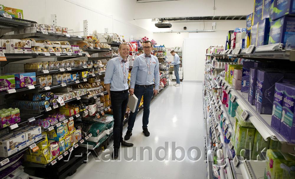 Peter Egebæk og Michael Rasmussen på lageret som nu er indrettet som butik. Foto: Jens Nielsen