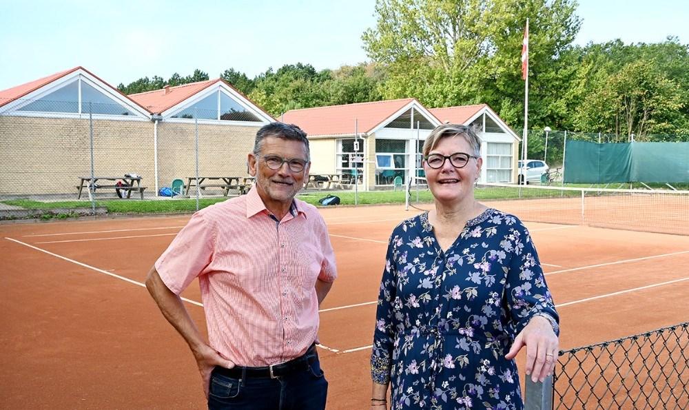 Lis Larsen formand for tennisafdelingen sammen med Troels Birk Kristoffersen der var en af idemændene til tennisafdelingen for 25 år siden. Foto: Jens Nielsen