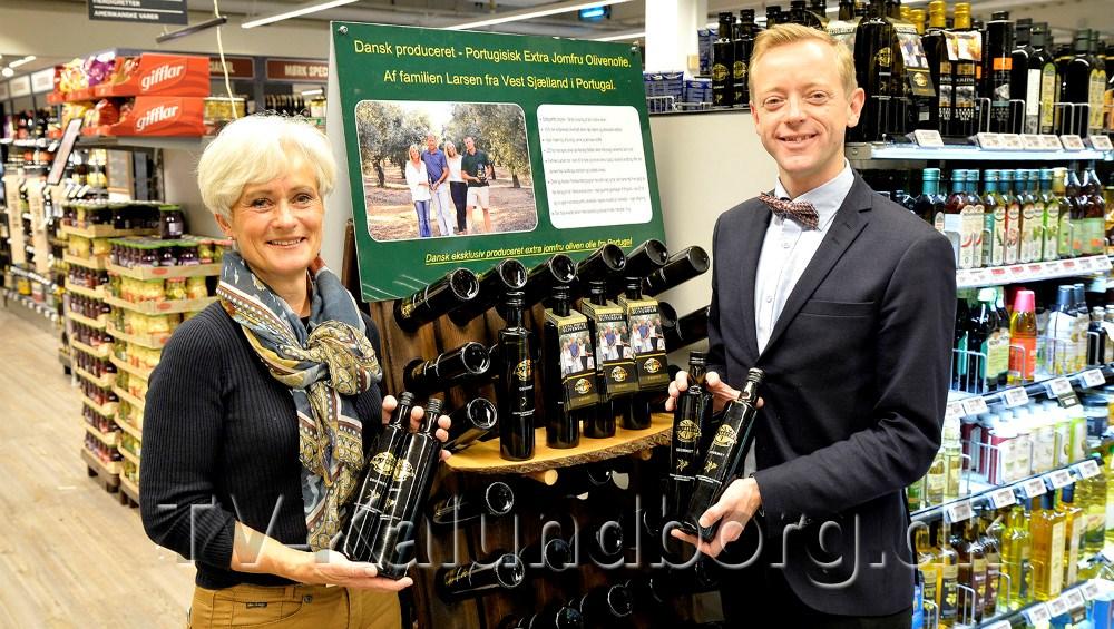 Birgitte Boserup, Saltoftehus, importør af K. Larsen ekstra jomfru olivenolie, og købmand Peter Egebæk, Meny Kalundborg. Foto: Jens Nielsen