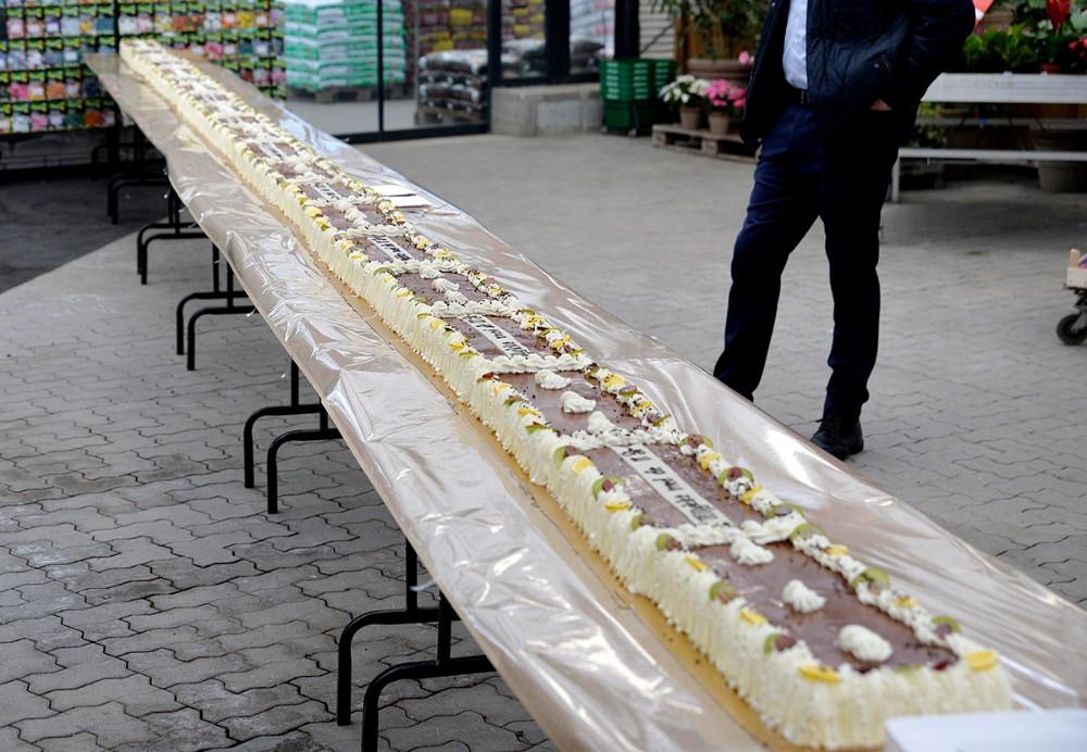 Fødselsdag i Havecentret fejret med 11 meter lagkage. Foto: Jens Nielsen