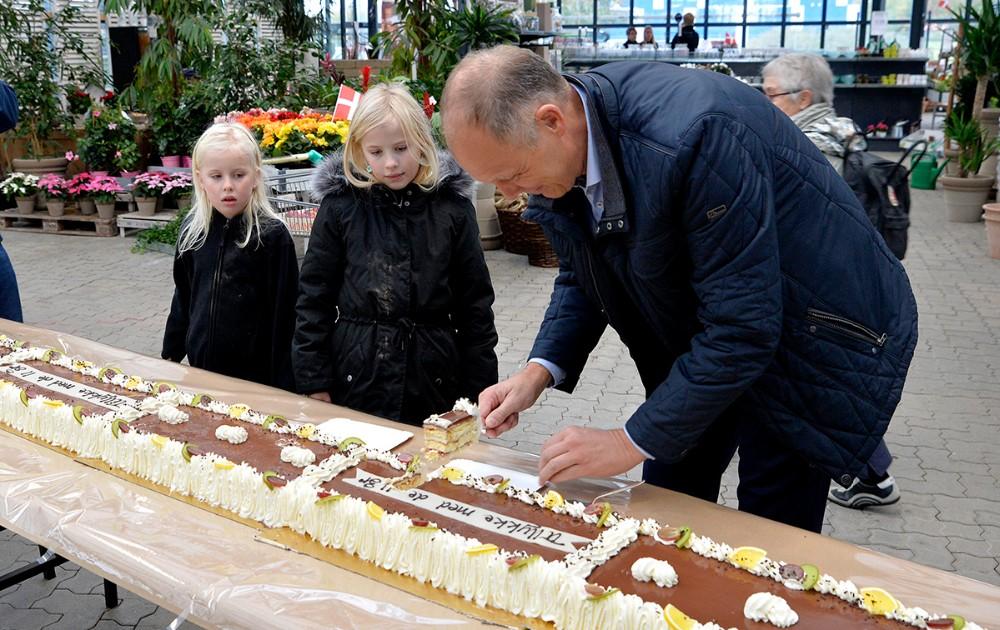 Borgmester Martin Damm skar det første stykke af den 11 meter lange lagkage. Foto: Jens Nielsen