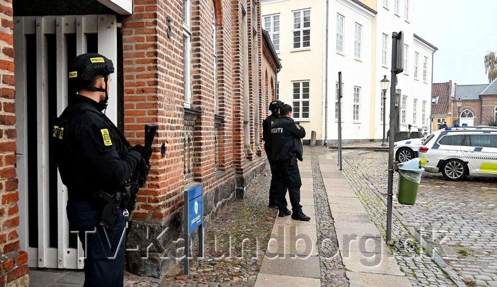 Politiet var massivt tilstede ved Jobcentret på Torvet, mandag eftermiddag. Foto: Jens Nielsen