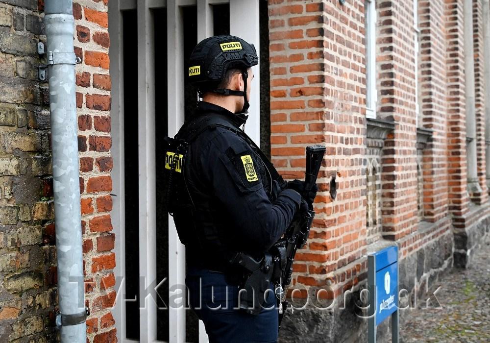 Politiet var svært bevæbnet tilstede på Torvet i Kalundborg mandag eftermiddag. Foto: Jens Nielsen