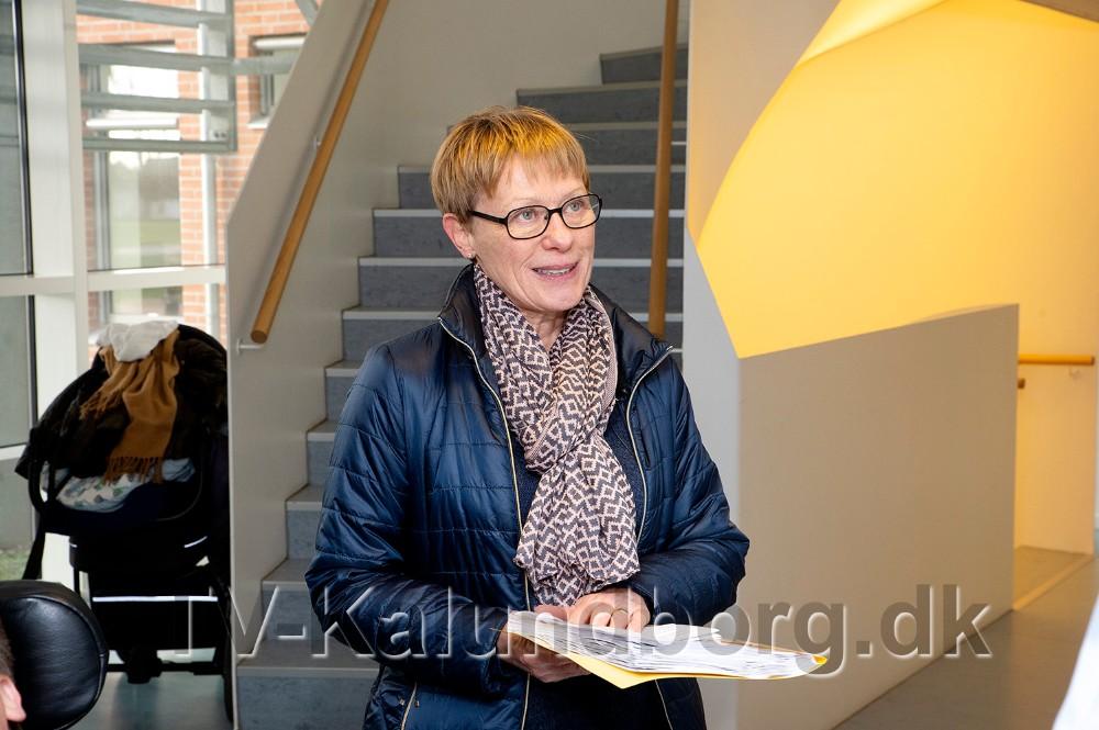Anne Overgaard fra protestgruppen overrakte de 1143 underskrifter til borgmester Martin Damm. Foto: Jens Nielsen