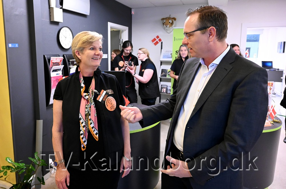 Jane Hald Christiansen, kulturchef i Kalundborg Kommune, i snak med Peter Jacobsen. Foto: Jens Nielsen