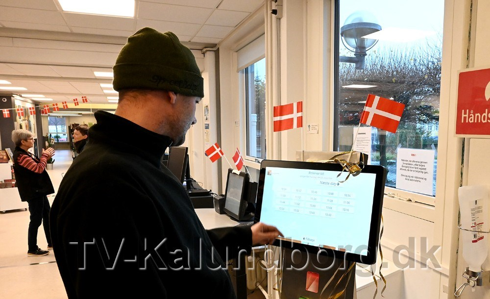 Borgerne kan bl.a. bestille tid på en opstillet skærm på Kalundborg Bibliotek. Foto: Jens Nielsen