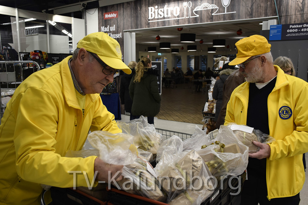 Lions Kalundborg deler julehjælp ud. Foto: Gitte Korsgaard.