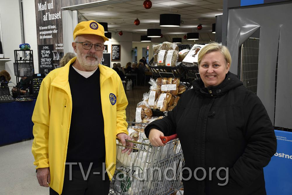 Christina Badura er en af de omkring 40 personer/familier, der harhar modtaget lidt hjælp til juleaften fra Lions Kalundborg. På billedetMartin Hornbæk-Jensen fra Lions sammen med Christina Badura. Foto: Gitte Korsgaard.