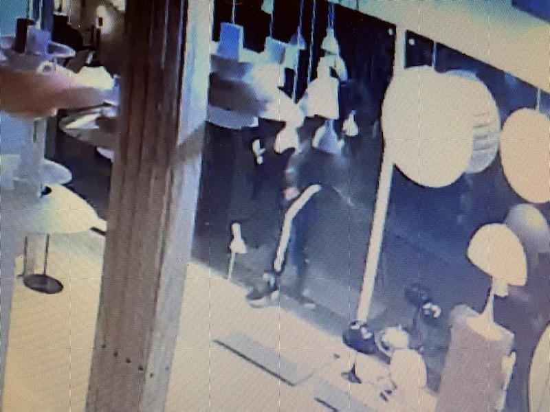 Gerningsmanden er fanget op overvågningsvideo. Privatfoto